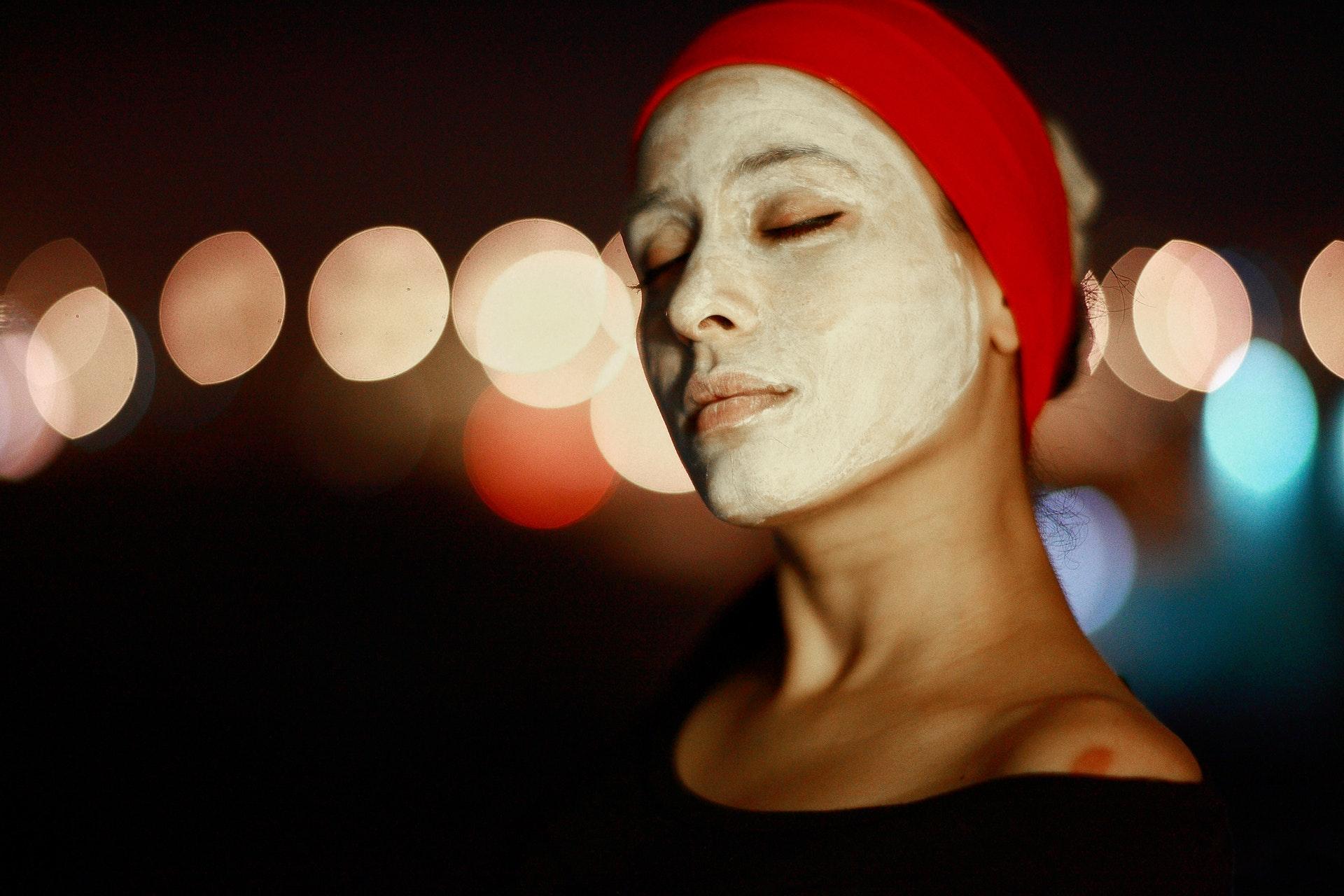 Vrouw met masker bij Salutem